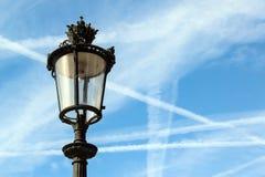 Alte Laterne mit dem Himmel im Hintergrund Stockfotos