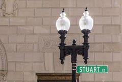 Alte Laterne mit Straßenschildstuart-Straße in Boston, MA Lizenzfreie Stockfotografie