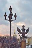 Alte Laterne und der drei-köpfige Adler Stockbild