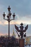 Alte Laterne und der drei-köpfige Adler Stockfoto