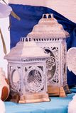 Alte Laternen Fotowand für Jungen Blaues Nummer Eins Blaue und weiße Blumen lizenzfreie stockfotografie