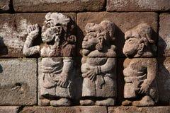 Alte Laubsägearbeit auf einem alten indonesischen Tempel Stockbild