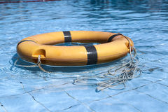 Alte Lebenboje auf dem blauen Wasser des Pools Stockbilder