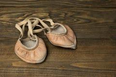 Alte lederne Ballettschuhe für Gymnastik Lizenzfreie Stockfotos