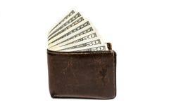 Alte lederne braune Geldbörse mit einem und fünfzig hundert Dollar Banknoten lokalisiert auf weißem Hintergrund Lizenzfreie Stockfotos