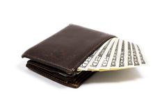Alte lederne braune Geldbörse mit einem und fünfzig hundert Dollar Banknoten lokalisiert auf weißem Hintergrund Lizenzfreie Stockbilder