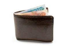 Alte lederne braune Geldbörse mit einen und fünf tausend Rubeln Banknoten lokalisiert auf weißem Hintergrund Stockfotografie