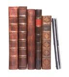 Alte lederne gebundene Bücher mit einem Laptop Stockfotos