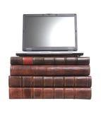 Alte lederne gebundene Bücher mit einem Laptop Lizenzfreie Stockfotografie