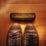Alte Lederschuhe auf Parkett Stockbild