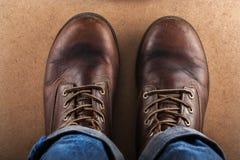 Alte Lederschuhe und Blue Jeans fotografiert von oben Lizenzfreie Stockbilder
