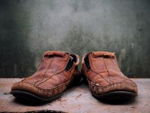 Alte Lederschuhe und Gurt des Stilllebens Es mehr von schmutzigem und von sha Lizenzfreie Stockfotos