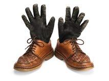 Alte Lederschuhe und Handschuhe. Stockfoto