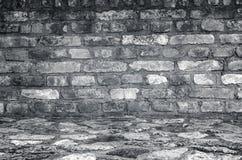 Alte leere Backsteinmauer mit Steinboden Lizenzfreie Stockfotos