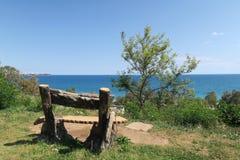 Alte leere Bankstände in einem Park in dem Mittelmeer fahren, die Türkei die Küste entlang Lizenzfreies Stockfoto