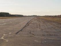 Alte leere Flughafenrollbahn Stockfotografie