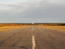 Alte leere Flughafenrollbahn Lizenzfreie Stockfotos