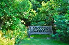 Alte leere Holzbank im Stadtpark Stockfotografie