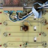 Alte Leiterzüge auf einem Motherboard im Abschluss oben lizenzfreie stockfotografie