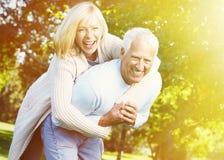 Alte Leute über Parkhintergrund Stockfoto