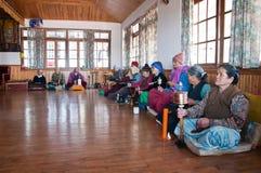 Alte Leute beten und meditieren Stockbilder