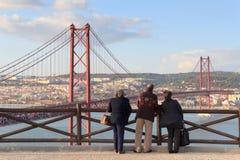 Alte Leute, die auf dem 25 De Abril Bridge, Lissabon schauen Stockfoto
