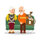 Alte Leute mit Tier Ältere Paare sitzen auf Couch und lächeln mit Liebe Nahe bei Großvater ist Hund, Katze ist auf Schoss von lizenzfreie abbildung