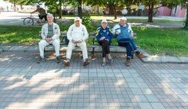 Alte Leute Pomorie auf einer Bank in der Mitte der Stadt, Bulgarien Stockfotografie