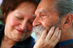 Alte liebende pensionierte Paare Stockfotografie