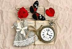 Alte Liebespostkarten und Rotrosenblume Lizenzfreies Stockbild