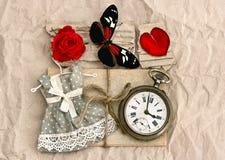 Alte Liebespostkarten und Rotrosenblume Lizenzfreie Stockbilder