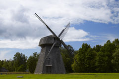 Alte litauische Windmühle Stockfotos