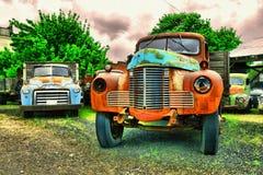 Alte LKWs und landwirtschaftliche Maschinen Stockbild