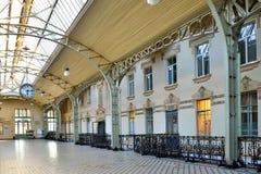 Alte Lobby mit dem Bahnhof große Uhr Vitebsky in sonnigem Lizenzfreies Stockfoto