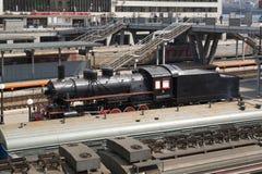 Alte Lokomotive des Monuments auf dem Bereich nahe der Station lizenzfreies stockbild