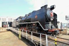 Alte Lokomotive an einer Bahndrehscheibe Stockfotos