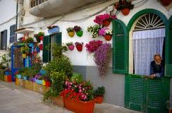 Alte Männer übersehen bunte Fassade und Balkone Lizenzfreie Stockbilder