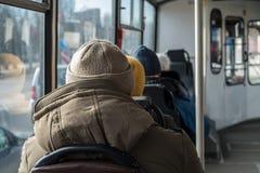 Alte Männer, die auf einen Bus reisen Einsam, Einsamkeitskonzeption Stockbilder