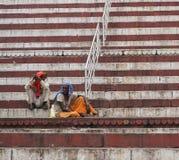Alte Männer, die auf Treppe in Varanasi, Indien sitzen Lizenzfreies Stockbild
