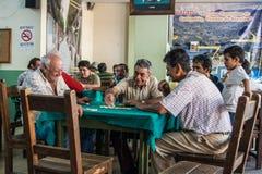 Alte Männer, die Dominos spielen Stockfotografie