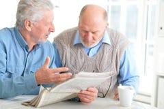 Alte Männer, die eine Zeitung lesen lizenzfreie stockfotografie