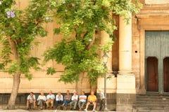 Alte Männer, die im Quadrat bei Acireale sitzen Lizenzfreies Stockbild