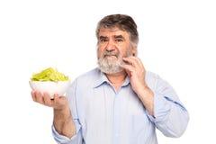 Alte Männer mit einer Schüssel Salat Lizenzfreie Stockfotografie