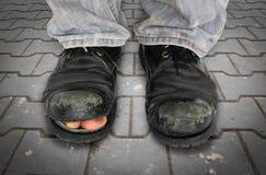 Alte Männer ` s Schuhe auf dem alten Block, der Bürgersteige pflastert Stockfotografie