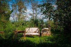 Alte Möbel verlassen in der ländlich idyllisch Landschaft lizenzfreie stockbilder