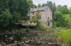 Alte Mühle auf Fluss lizenzfreies stockbild