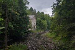 Alte Mühle auf Fluss stockfoto
