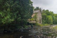 Alte Mühle auf Fluss lizenzfreie stockfotos
