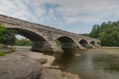 Alte Mühle auf Fluss stockbild