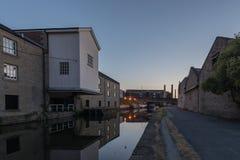 Alte Mühle auf Kanal Stockfoto